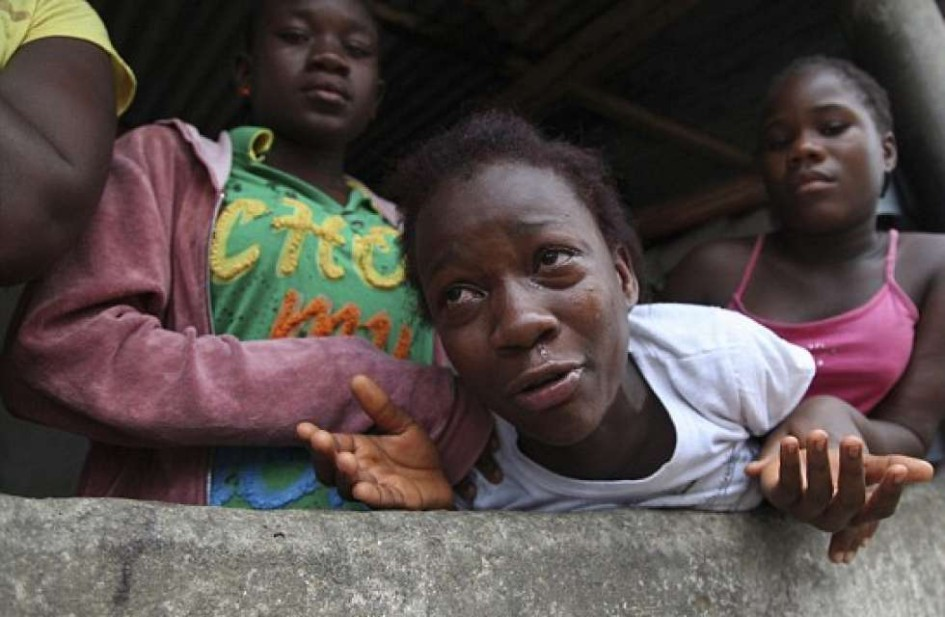 A woman weeps over the loss of her relative to Ebola (Photo: EPA)